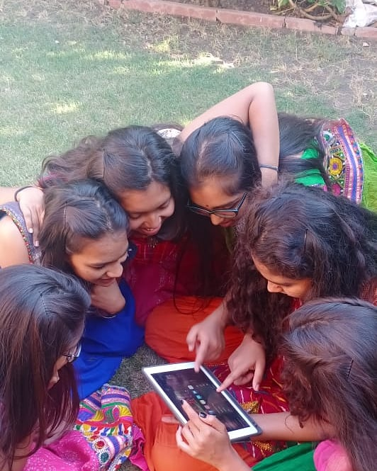 These bright Visamo kids take a break from their dance practice to check the internet for something relevant. While the 'searching' exercise seems thrilling, their body language suggests great teamwork. Indeed, the way technology connects 'em all! @VisamoKidsOrg #kalorex #MPS https://t.co/qG6h1wfjci